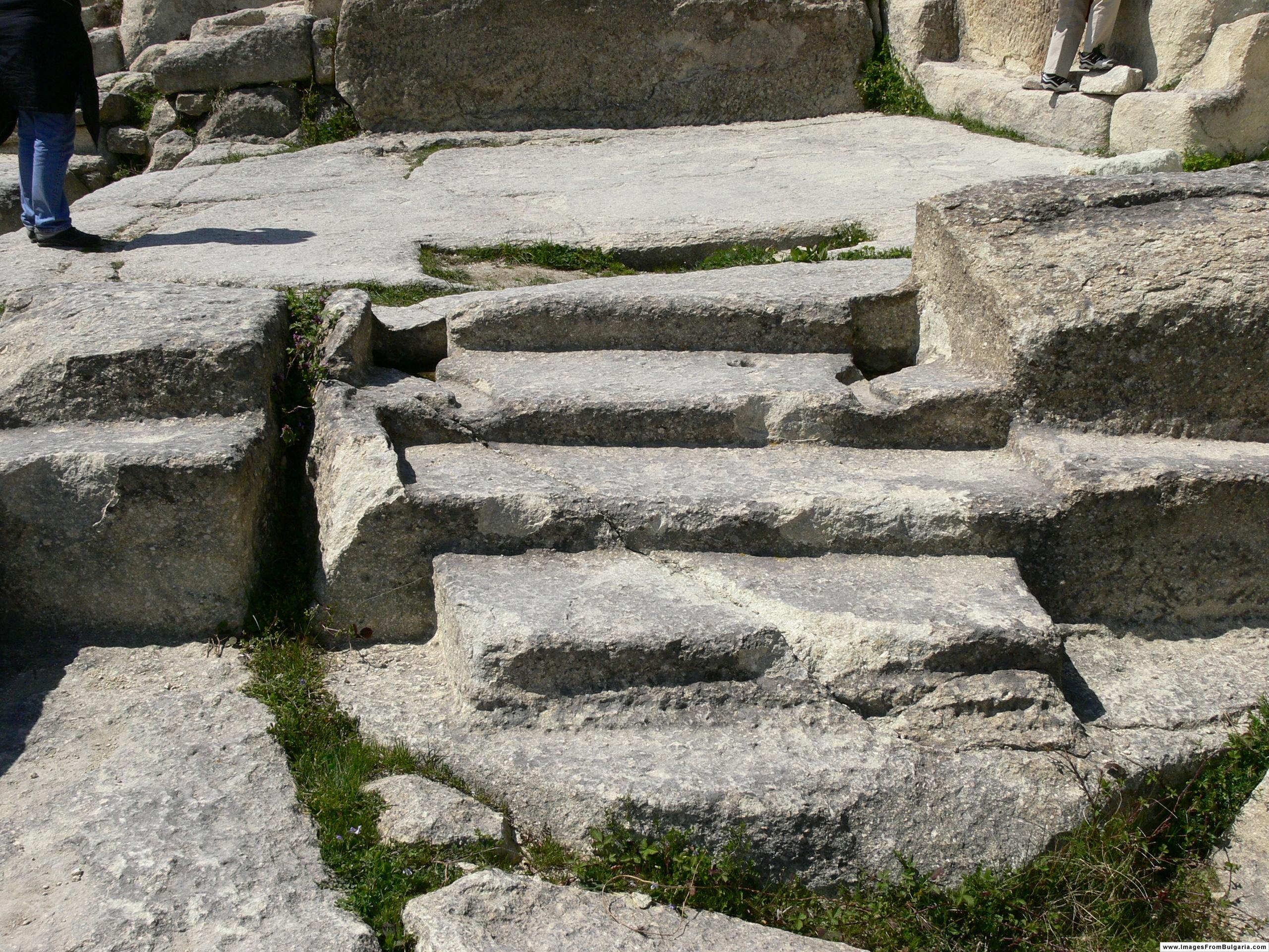 Когда люди не могли еще справиться со скалами из за примитивного инструмента. Поэтому фрагменты керамики эпохи неолита находят в основном на поверхности скал, в природных трещинах. Известно, что люди каменного века были в основном фермеры. Перперикон был в то время обожествленной скалой. Следующий установленный исторический период неолита в конце 5 - начале 4 тысячелетия до н.э. В это время на скале появляются высеченные ямы с разбитыми культовыми черепками. Такие же осколки керамики той поры нашли в знаменитом кургане Карановская могила в Болгарии. Развитие Перперикона шло в течение бронзового века, когда Перперикон пережил свой первый расцвет.
