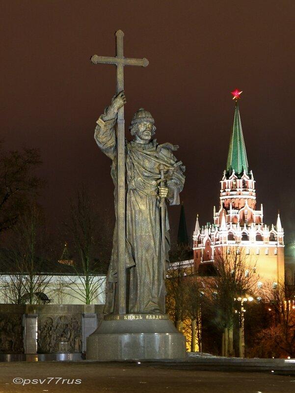 Памятник князю Владимиру Великому на Боровицкой площади.