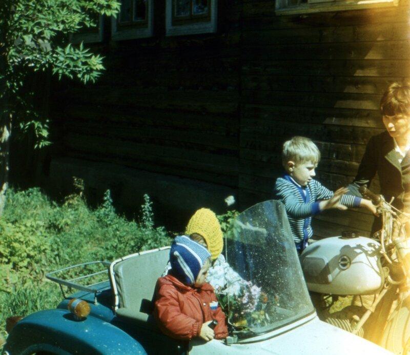 Воткинск, мб 1979 г. Мама, я, в коляске брат и мб двоюродная сестра Анжела