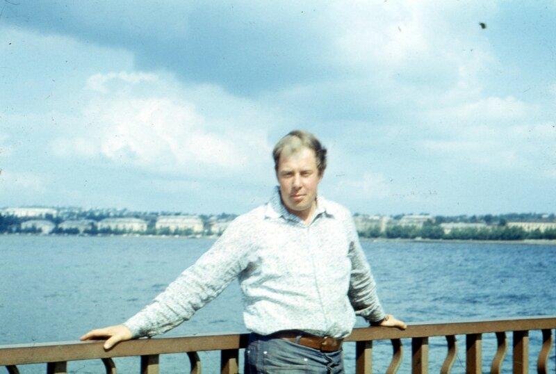 Воткинск, мб 1979 г. Отец на набережной Воткинского пруда
