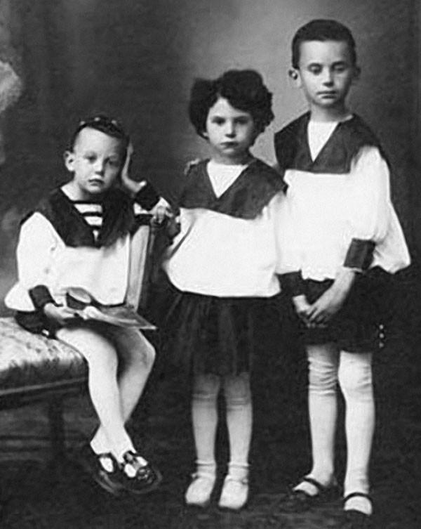 10. Леонид Гайдай с сестрой Августой и братом Александром