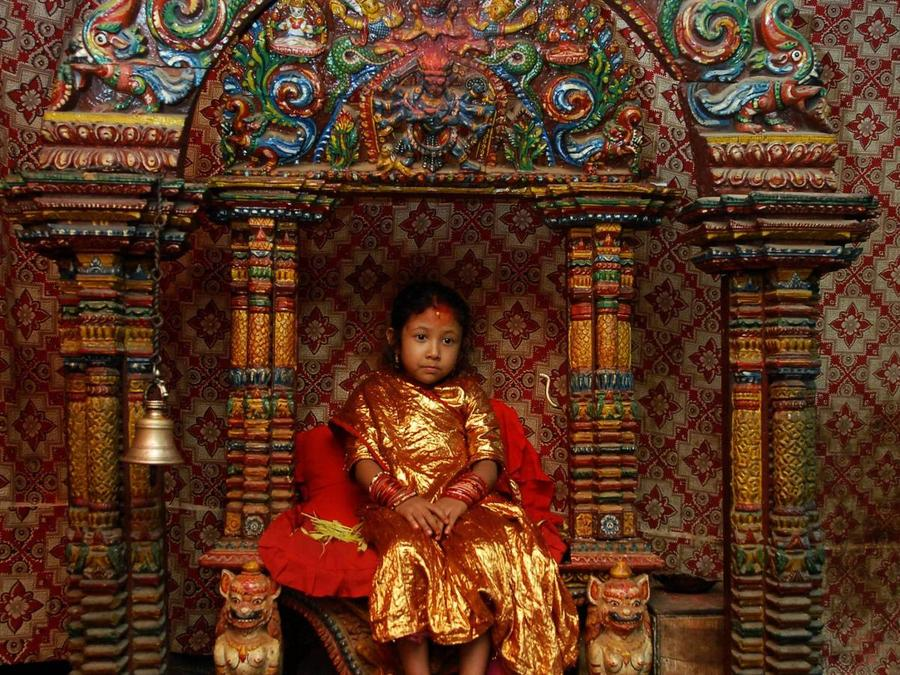 3. Жюри, состоящее из буддийских монахов, выбирает несколько Кумари Деви, причем все девочки выбираю