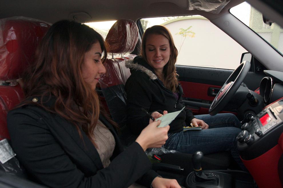 2. Девушка-таксист с пассажиркой в Арбиле. 25-летняя Лана Кошабаан недавно основала фирму такси с во