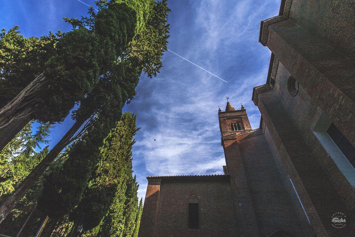 Большой клуатр монастыря, возведенный в эпоху кватроченто, украшен стенописью Луки Синьорелли и Содо
