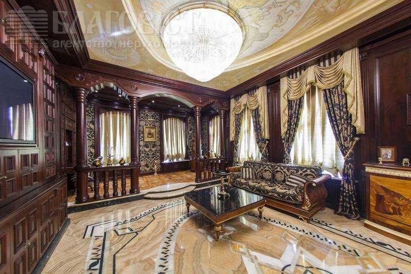 В отделке использованы золото, серебро, мрамор, оникс. Мебель исключительно известных дизайнеров, ст