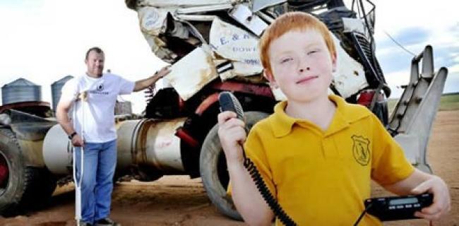 Майкл вместе с отцом Джастином ехали на грузовом автомобиле домой на свою ферму, когда лопнула шина