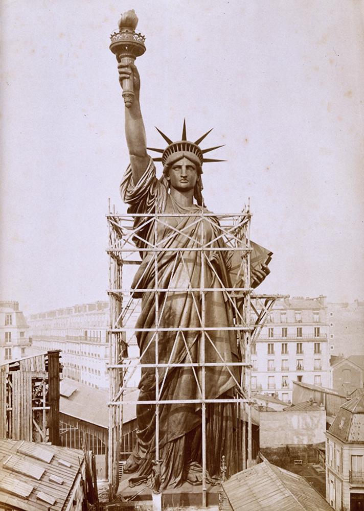6. Статуя Свободы возвышается над крышами домов в Париже, 1884 год. (AP Photo / Agence Papyrus)