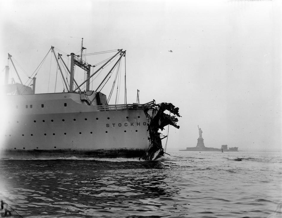 23. Лайнер Stockholm, поврежденный при столкновении с итальянским лайнером Andrea Doria, по пути в с