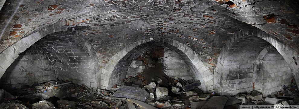 23. Тем, кто решит туда съездить, советую быть крайне осторожными — храм разрушается.