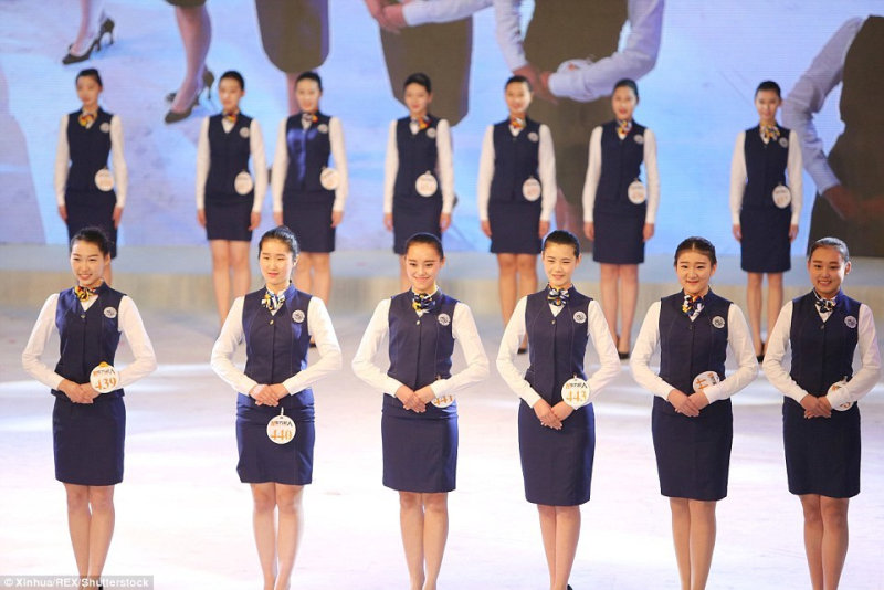 В Китае к стюардессам предъявляют высокие требования, так как эта работа считается одной