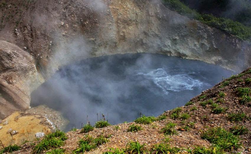 2. Кипящее озеро, Доминикана Температура воды в этом водоеме может достигать 91 градуса. Даже подход