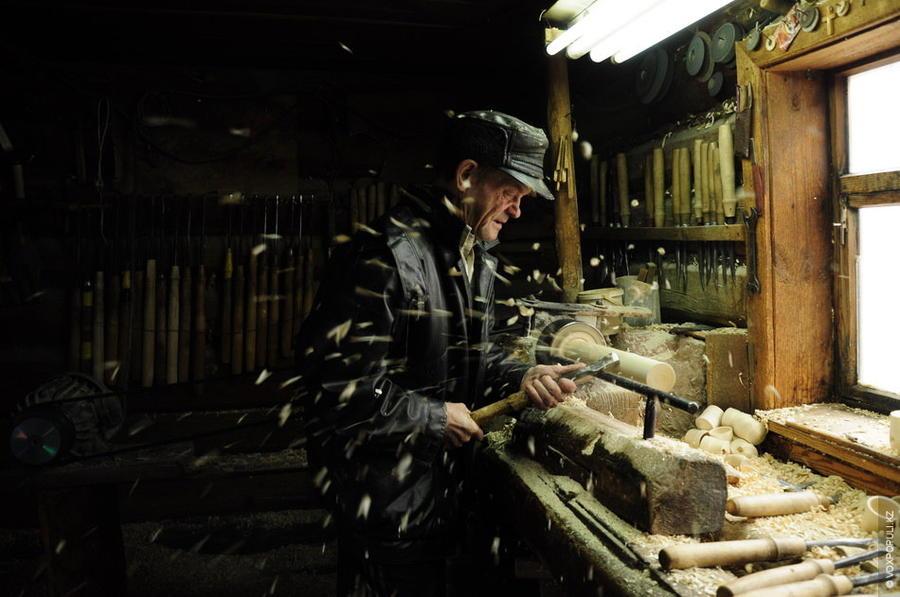 8. Изнутри вся древесина удаляется, чтобы меньшая кукла плотно вставлялась внутрь. Потом процесс пов