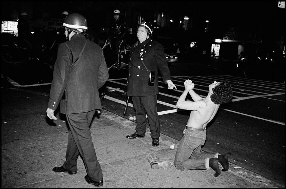 1978. Задержанный и офицер смотрят друг на друга в полицейском участке.