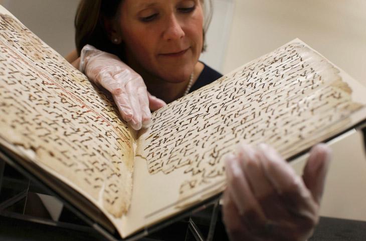 2. Самый древний в мире Коран, хранившийся в Бирмингеме, долгие годы стоял на полке рядом с другими
