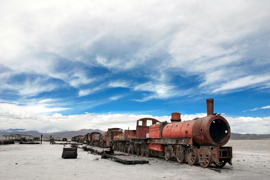 Заброшенный ржавый поезд в Уюни, Боливия.