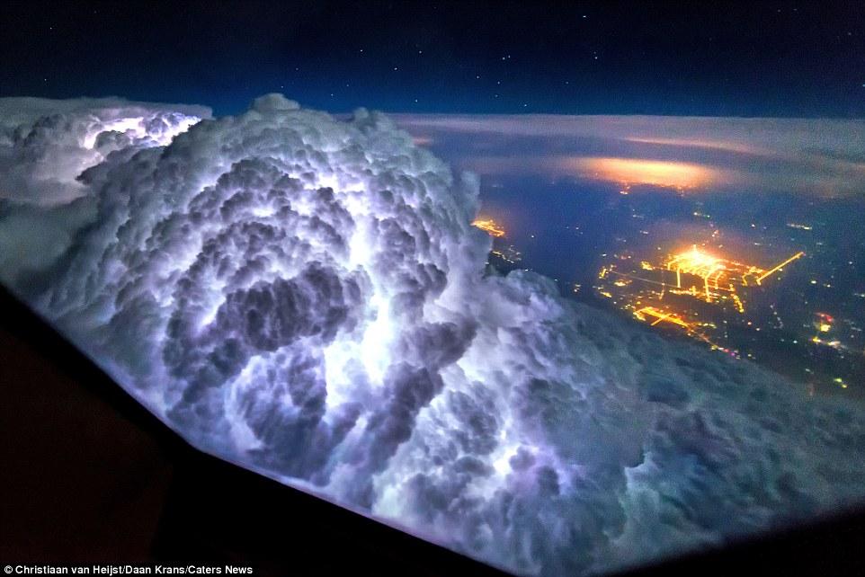 Это фото сделано во время полета между Пекином и Шанхаем. На нем видно облако, подсвеченное молнией.