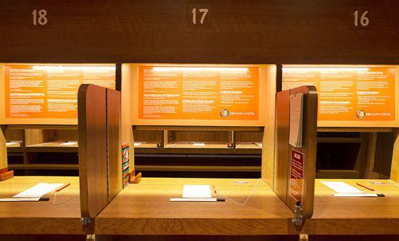 Создатели лапшичной позаботились о том, чтобы гости могли максимально оградиться от общения. В ресто