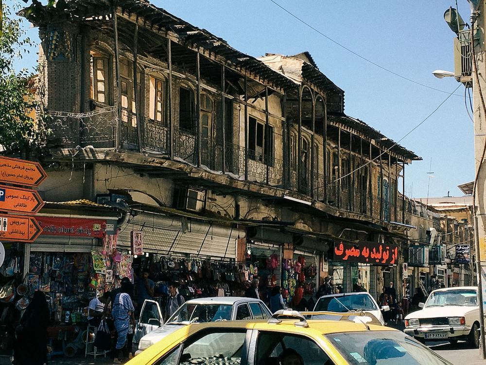 Уже не здание, но еще не район с новостройками в Ширазе.