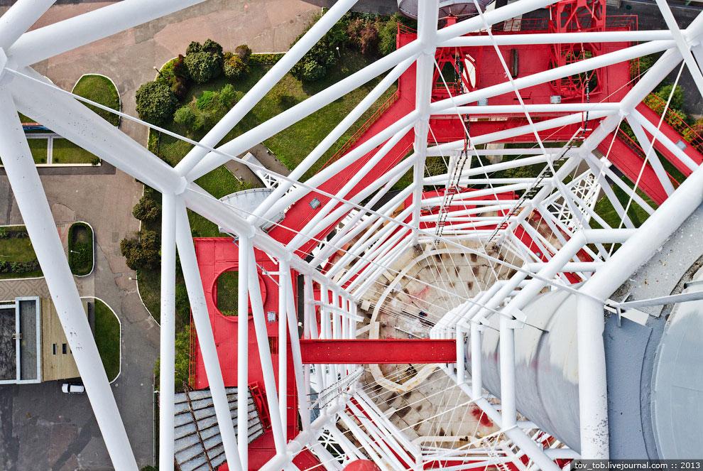В центре башни располагается вертикальный ствол, диаметр которого до отметки 270 м составляет 4