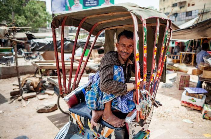 Мужчина охлаждается индийским веером, который совершенно не похож на привычный нам китайский веер.