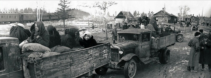 Эвакуация населения из Ленинграда. Железнодорожная станция в порту Кобона. Апрель 1942 года.
