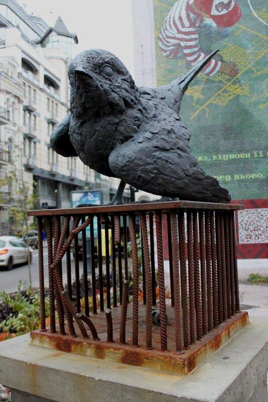 Скульптура воробья