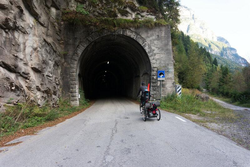 велодорожка по старому узкому шоссе в Агордо (Agordo)