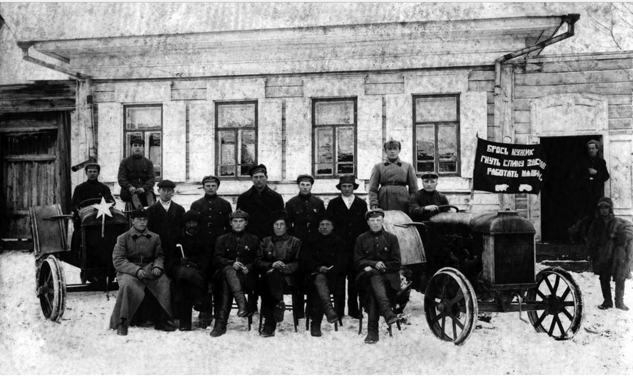 1928. Верхнеуральск. Группа красноармейцев тракторных курсов
