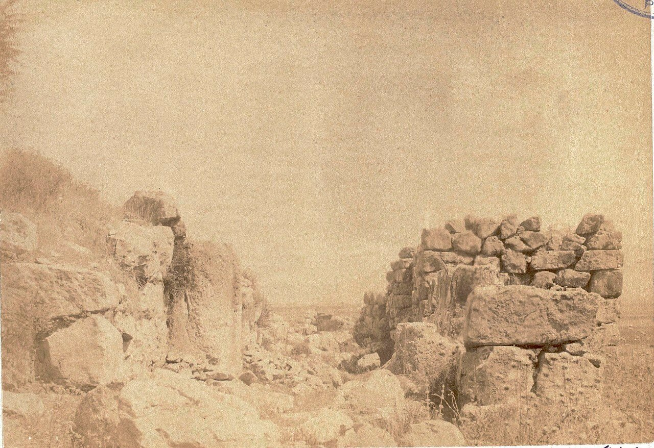 17. Тиринф.  Узкий проход в крепостной стене
