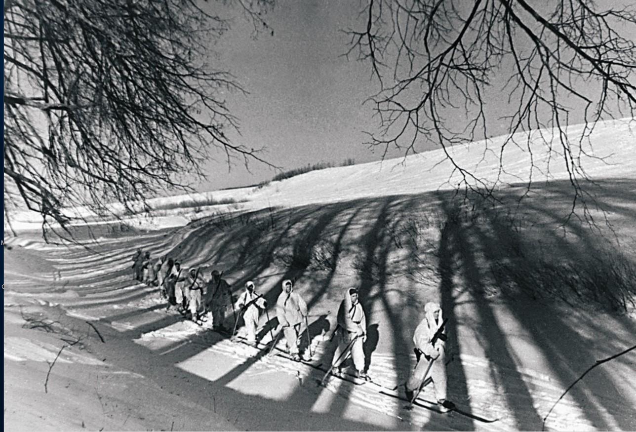 1942. Северо-Западный фронт. Воины-лыжники окружают лес, в котором засели немцы. Декабрь