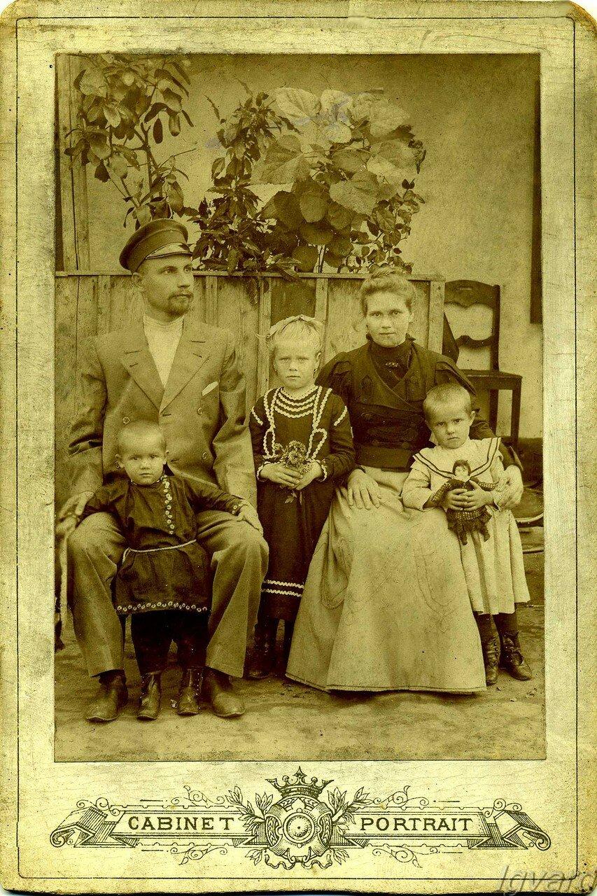 Легуш Степан Ефремович с женой Анной Васильевной, старшей дочерью Марией (в центре), сыном Василием (слева) и младшей дочерью Лёлей (справа). 1907