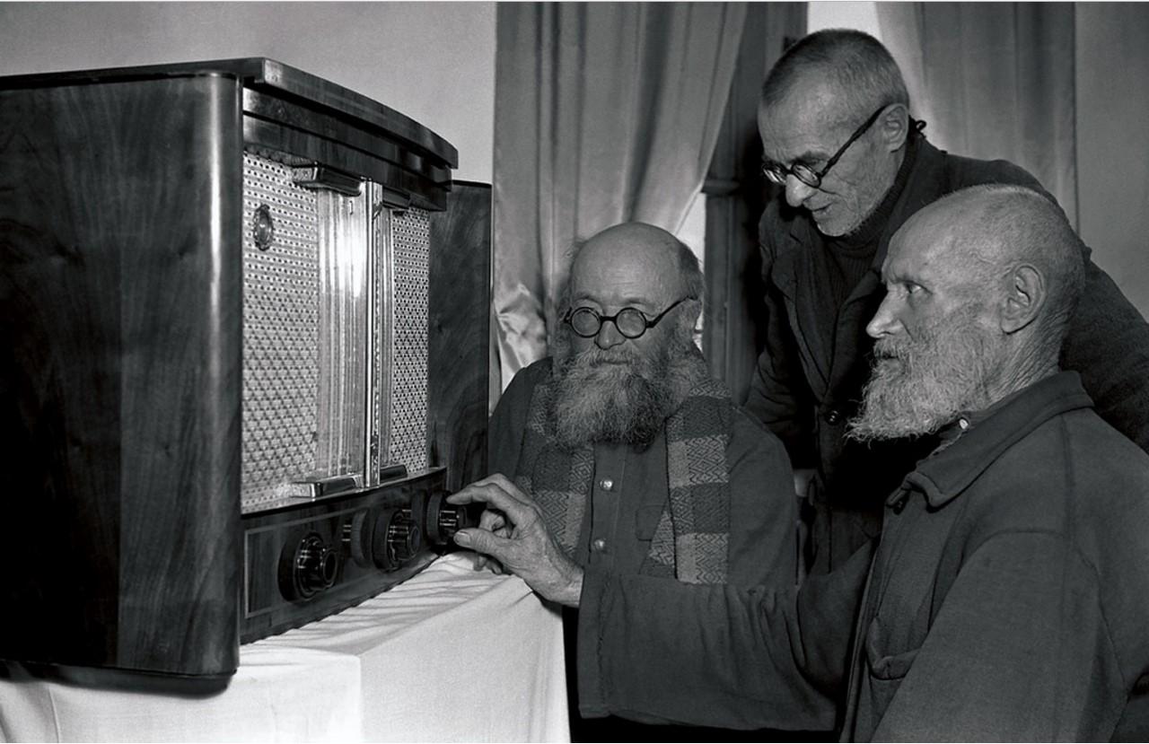 Колхозники слушают радио (1956)