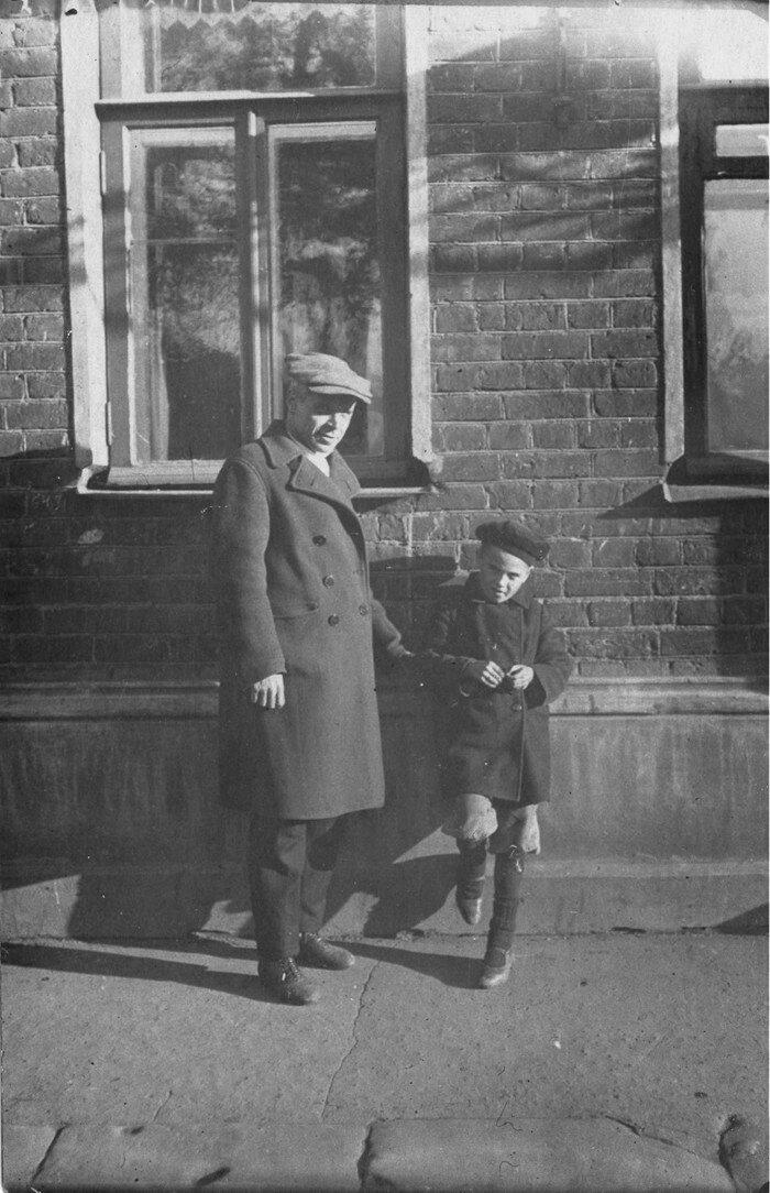 1937. У дома № 10 по Большому Патриаршему переулку
