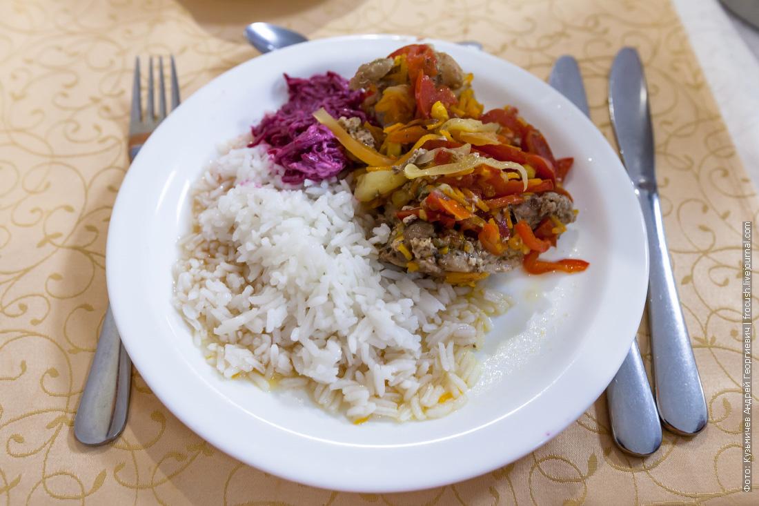 Курица «по-мексикански» с отварным рисом и свеклой с чесноком