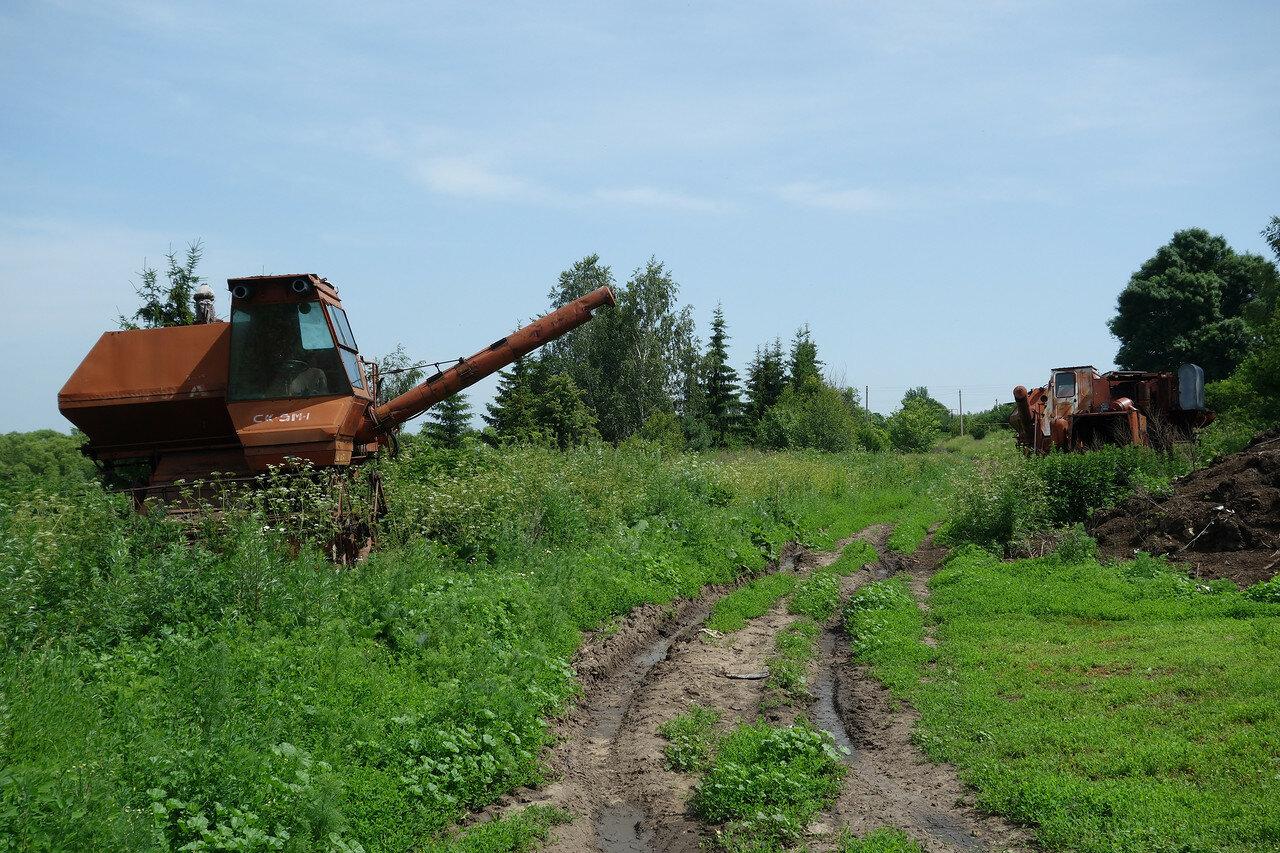 ржавеющая сельхоз-техника, село Пирогово-1