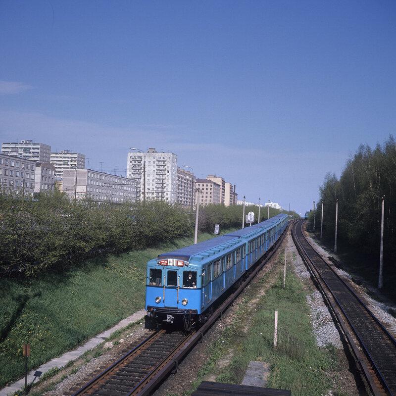 1973 Московский метрополитен. Наземный участок пути недалеко от станции Измайловская. А. Чепрунов.jpg