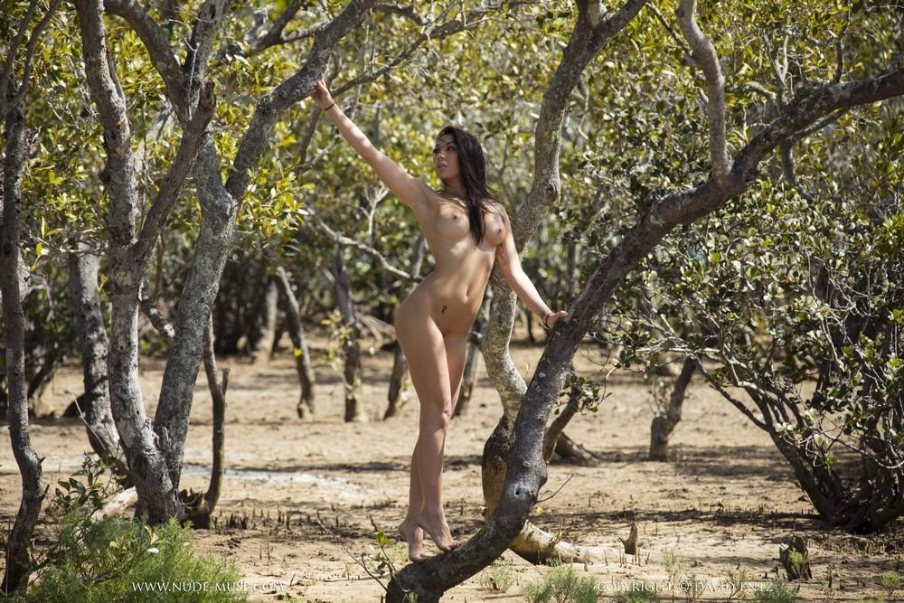 Обнаженная Castelle среди деревьев