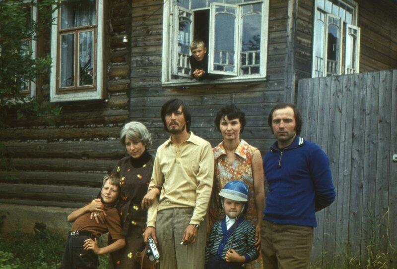 Воткинск, мб 1979 г. Чебкасовы Вера, Валера и их сын Вадик, мама, дядя Володя, я, в окне терраски Сергей.