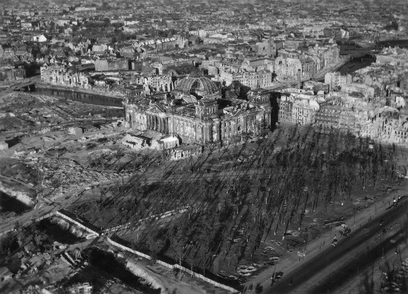 16. Рейхстаг: башни здания были расширены в 1941 году, как зенитные башни. Подвал использовали как р