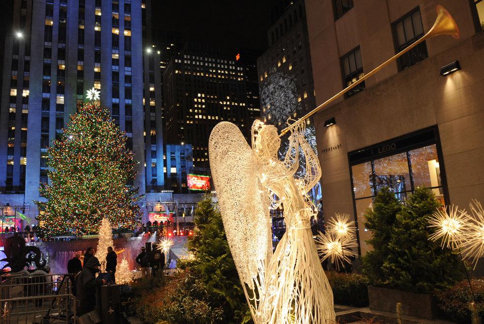 24. 22-метровая елка в Нью-Йорке. (AP / Henny Ray Abrams)