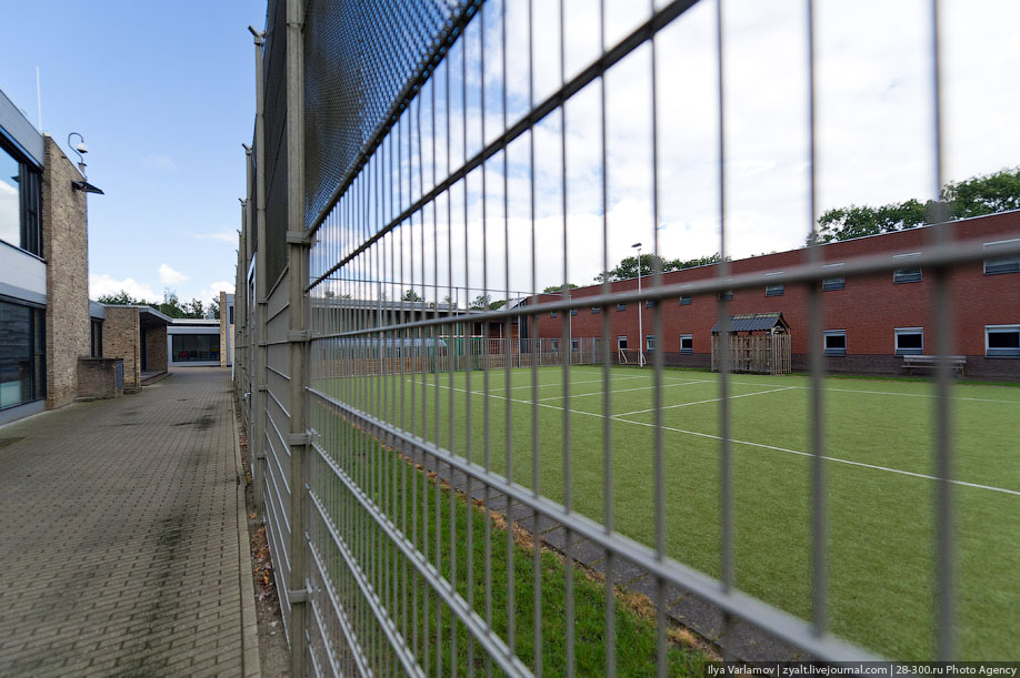 33. А вот новый корпус. Здание тюрьмы даже выиграло какою-то архитектурную премию.