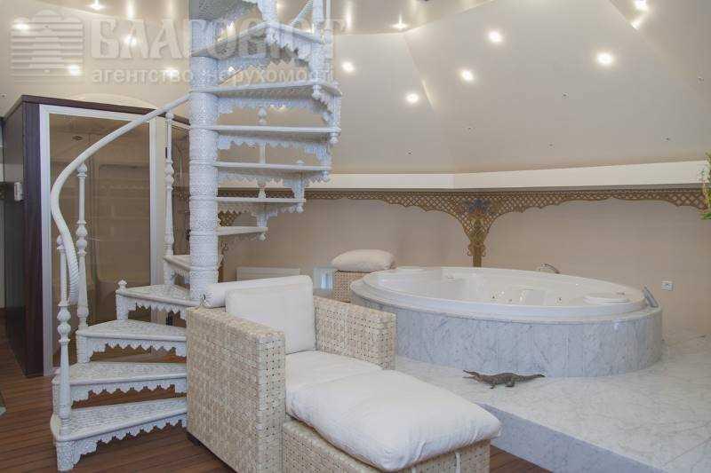 Авторы пишут, что дизайн жилища разработал французский мастер Ксавье. Есть собственный лифт, ведущий