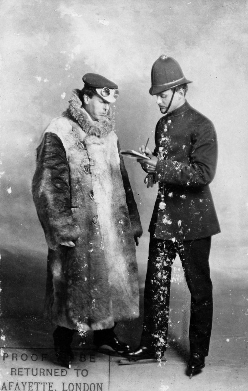 Около 1900 года. Сооснователь копании Rolls-Royce Чарльз Стюарт Роллс в костюме полицейского выписыв