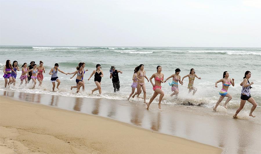 2. Курсы проходят на пляже. Для начала – пробежка в холодной воде. (© China Daily/Reuters
