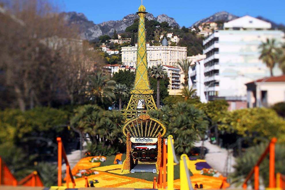 1. Эйфелева башня и вход в станцию метро из лимонов в Ментоне на Французской Ривьере. (Valery Hache,