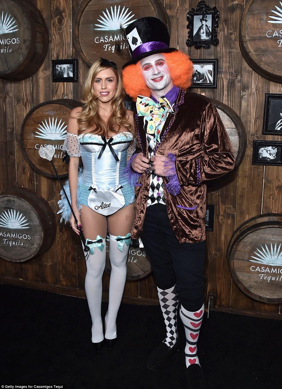 Олимпийский чемпион по плаванию Райан Лохте с подругой в образе Алисы и Безумного Шляпника.