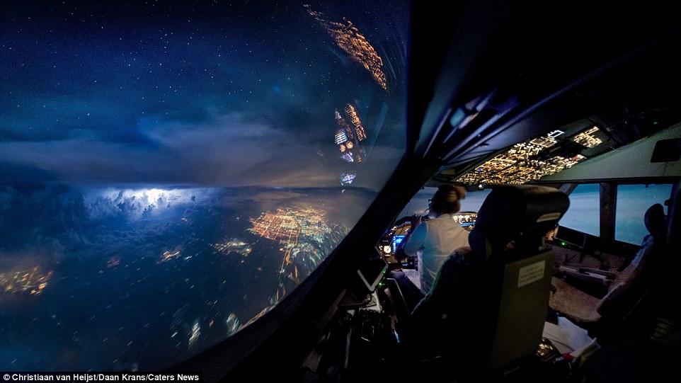 Это фото было сделано в небе над Канадой во время полета из Чикаго в Амстердам. Кристиану и его колл