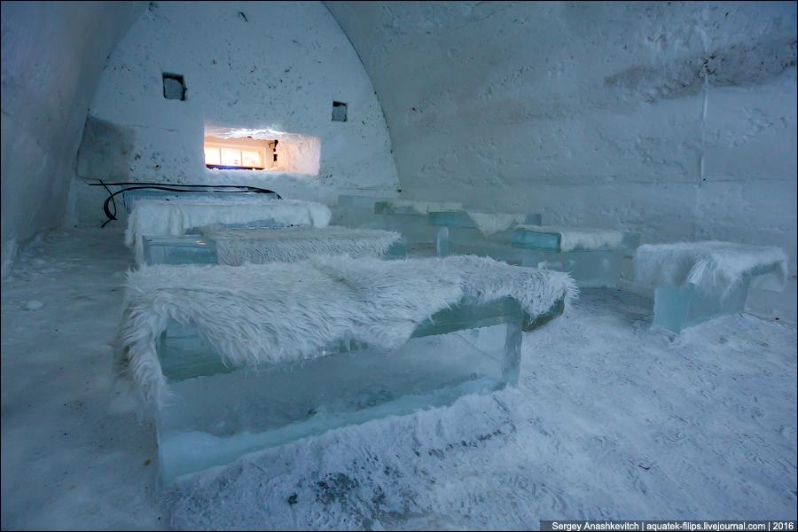Ледяной ресторан. Столы и стулья тоже изо льда, посередине огромная фигура медведя, вырезанная из це