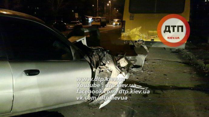 ВКиеве автомобиль протаранил сразу две маршрутки— шофёр  в клинике