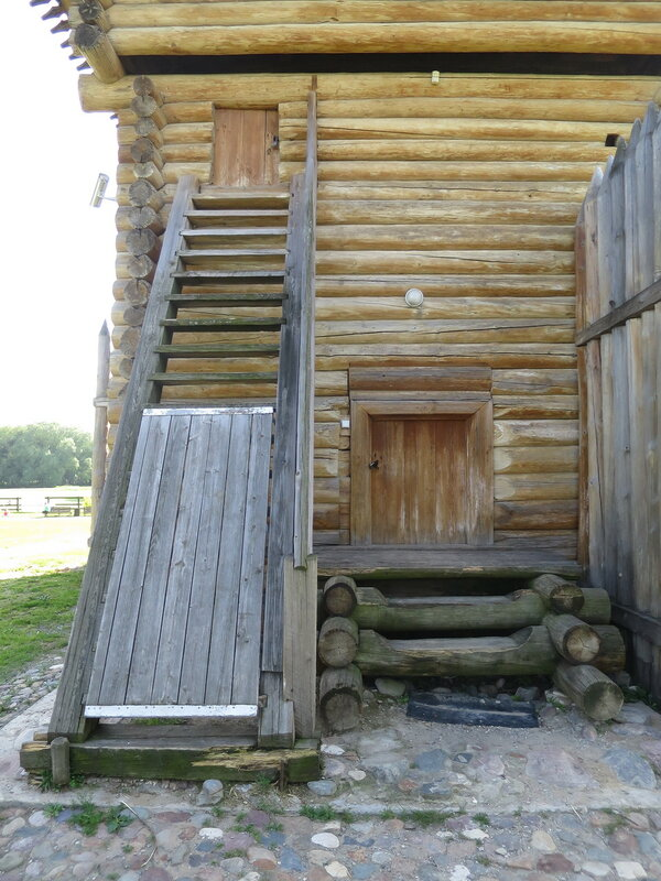 Двери нижнего и верхнего этажа Братского острога